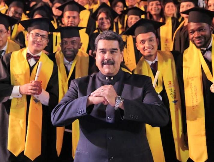 """Foto: El presidente de Venezuela, Nicolás Maduro, participa en la graduación de médicos de la Escuela Latinoamericana de Medicina """"Dr. Salvador Allende"""", el 19 de febrero de 2019"""