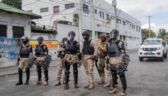 Foto: Policías haitiano vigilan las calles en medios de protestas opositoras el 13 de febrero de 2019