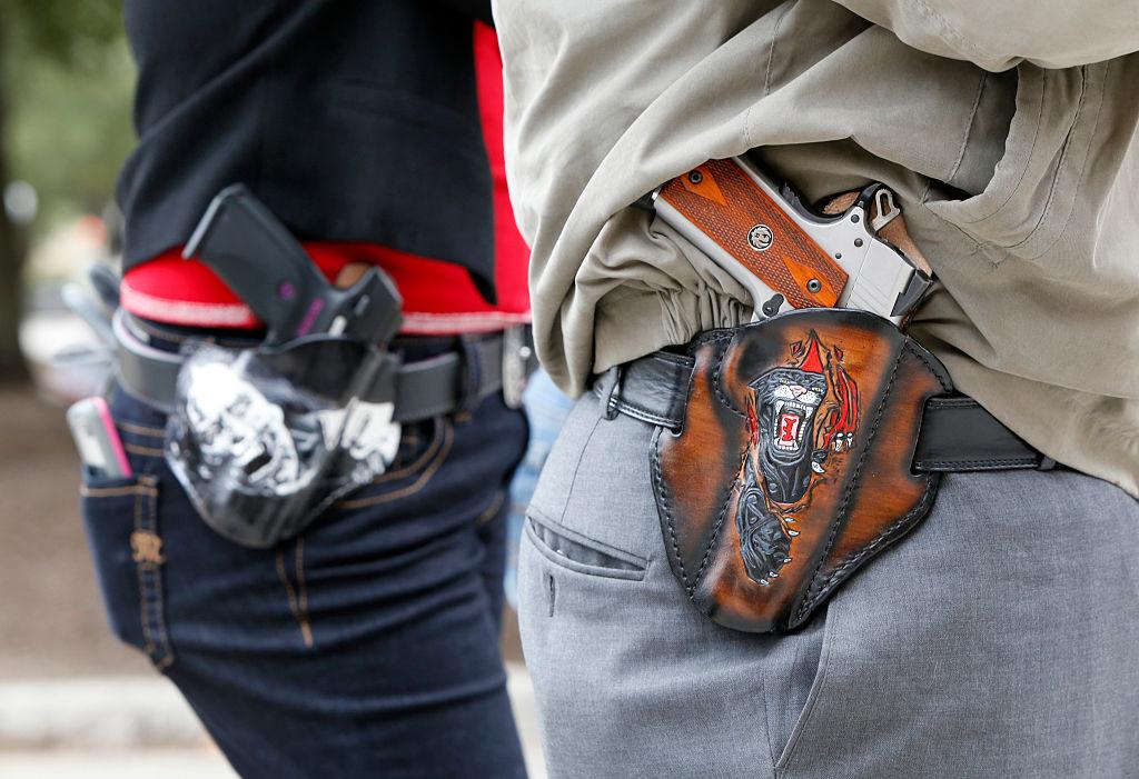 Foto: Dos personas portar armas durante una protesta en Estados Unidos el 1 de enero de 2016