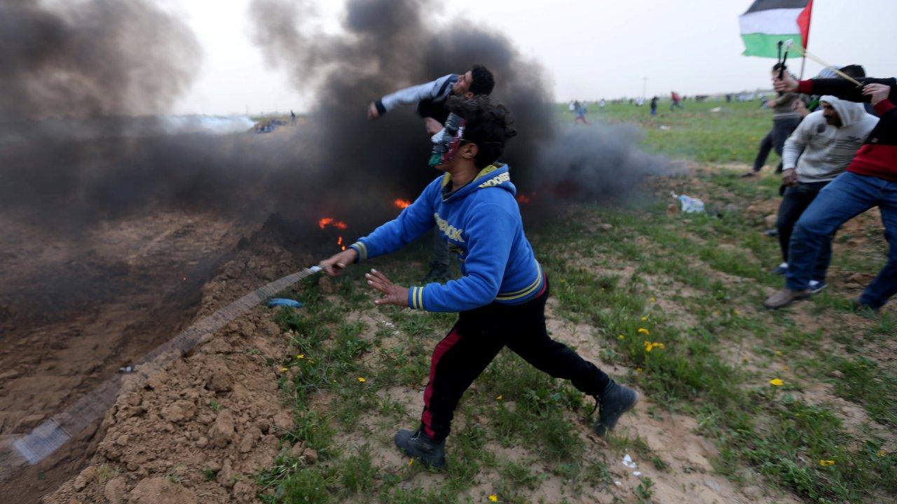 Foto: Palestinos lanzan piedras a las tropas israelíes durante una protesta en la valla fronteriza entre Israel y Gaza, al sur de la Franja de Gaza, el 15 de febrero de 2019