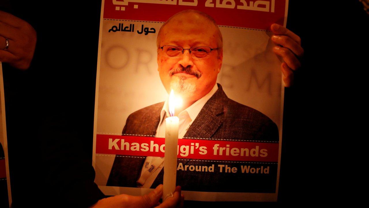 Foto: Un manifestante sostiene un cartel con una foto del periodista saudí Jamal Khashoggi en el exterior del consulado de Arabia Saudita en Estambul el 25 de octubre de 2018