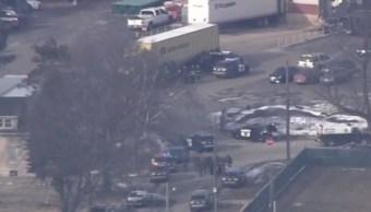 Foto: Agentes de la Policía de Aurora rodean una fábrica en Illinois, Chicago, durante un tiroteo el 15 de febrero de 2019