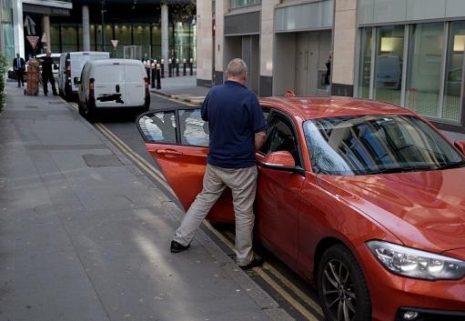 Foto: Un hombre orina en una calle del sector financiero de Londres, Inglaterra, el 3 de marzo del 2017