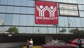 Foto: Peatones pasan frente al Instituto del Fondo Nacional de Vivienda para los Trabajadores, México, febrero 5 de 2019 (Infonavit)