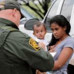 Foto: Madre hondureña con su hijo en la frontera entre México y Estados Unidos, 25 de junio 2018, Estados Unidos