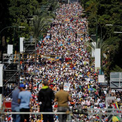 Miles de personas participan en manifestaciones pro y antigobierno en Venezuela