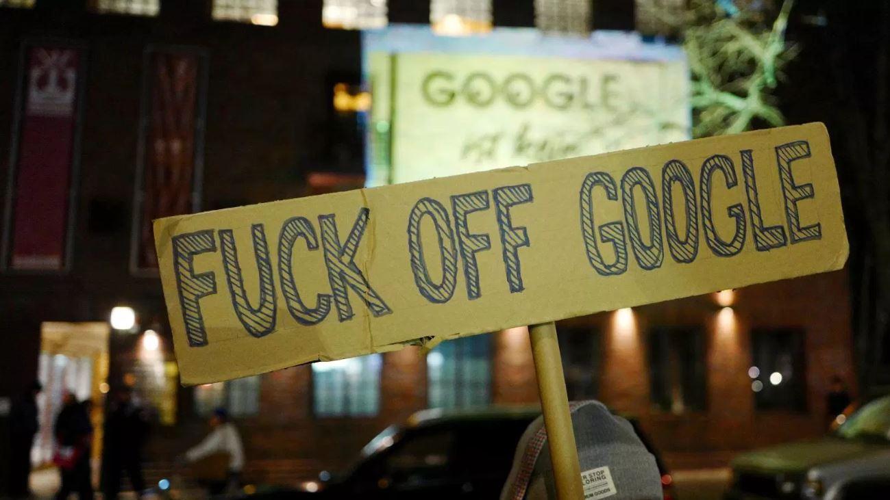 Manifestantes protestan contra la apertura de un campus de Google en el distrito de Kreuzber, en Berlin (Reuters)