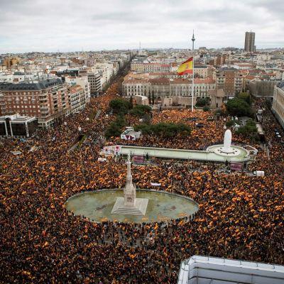 Miles marchan en Madrid contra gestión del Gobierno español en Cataluña