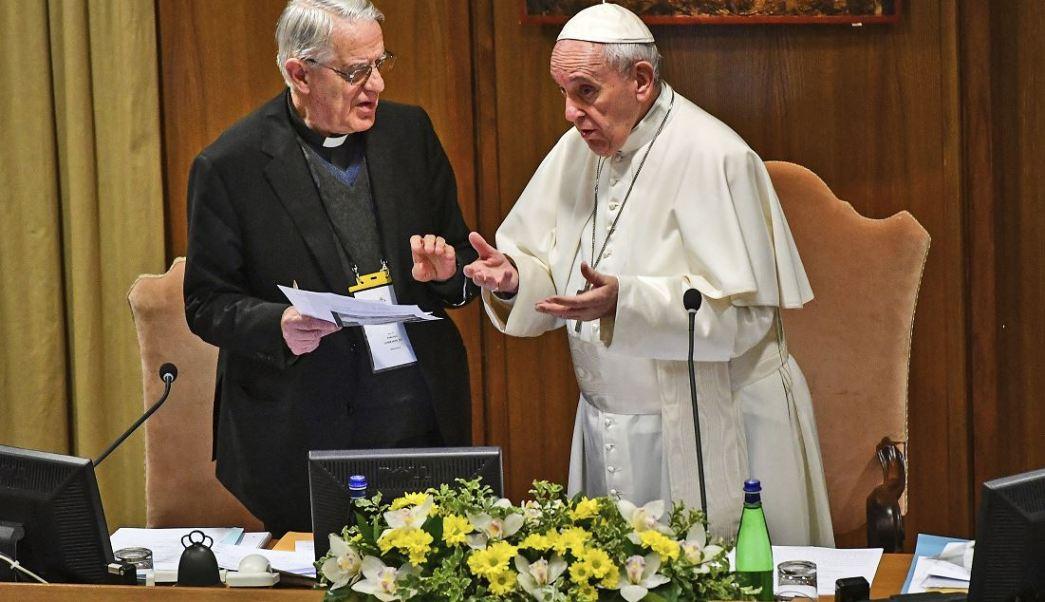 Foto: Papa Francisco habla con el reverendo Federico Lombardi, exportavoz del Vaticano, durante la cumbre, 21 febrero 2019