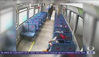 Papá deja a bebé en tren por salirse a fumar