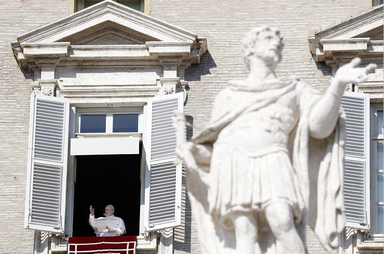 Foto: El papa Francisco durante la oración del mediodía del Ángelus en la Plaza de San Pedro en el Vaticano, 17 febrero 2019