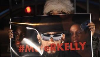 Foto: Los manifestantes se reúnen cerca del estudio del cantante R. Kelly, 22 febrero 2019