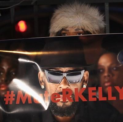 Rapero R. Kelly es acusado de 10 cargos de abuso sexual