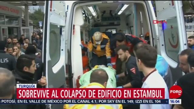 Foto: Rescatan a sobreviviente de edificio colapsado en Estambul