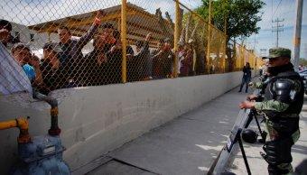 migrantes atacan a pedradas a personal de migracion para evitar ser detenidos