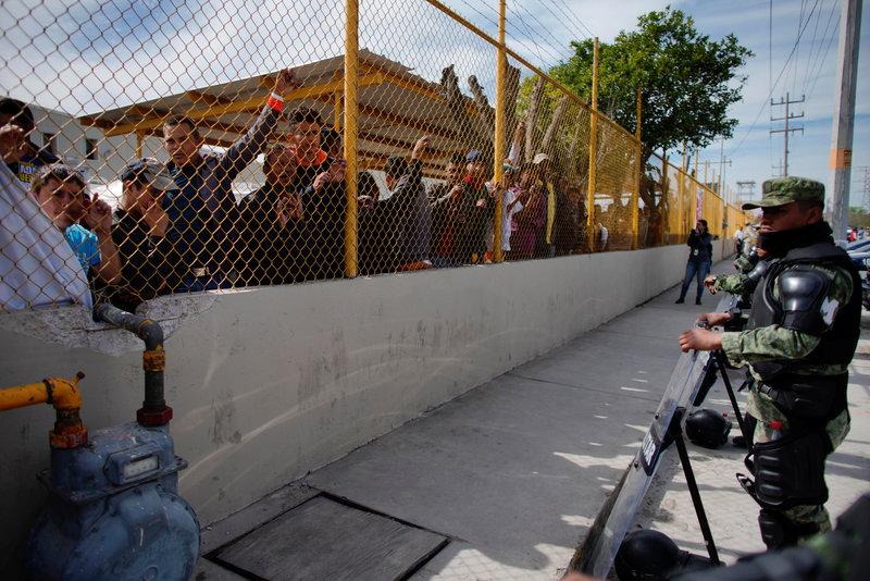 Migrantes atacan a pedradas a personal de Migración para evitar ser detenidos