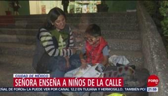 Foto: Señora Ayuda Tareas Niños Calle Cdmx 06 de Febrero 2019