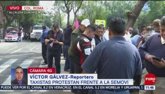 Taxistas protestan frente a la Semovi, en CDMX