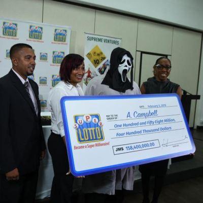 Gana la lotería y recibe el premio enmascarado para 'proteger su identidad'