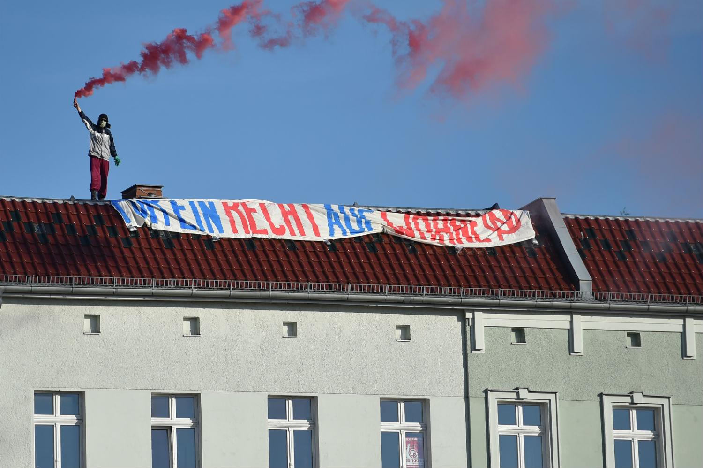 Una manifestante protesta contra el aumento de los precios de la renta y la vivienda (DPA)