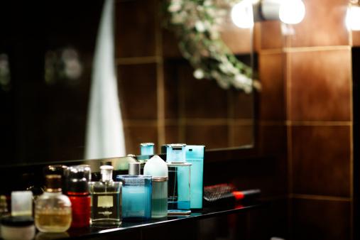 Una vista con botellas geniales puede ser tentadora para un baño, pero esto arruinará las fragancias en el mediano plazo (GettyImages)