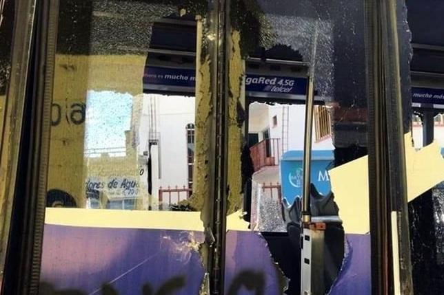 Foto: Normalistas vandalizan vehículos en Tuxtla Gutiérrez, Chiapas, febrero 9 de 2019 (Twitter: @ABCNoticiasMex)
