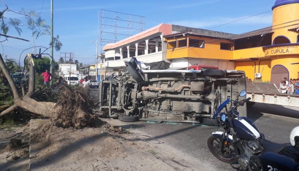 Foto: Vuelca una urvan del transporte público tras chocar contra un poste y un árbol sobre la carretera Cayaco-Puerto Marqués en Acapulco, febrero 9 de 2019 (Twitter: @balderasmanuel)