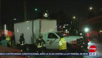 Vuelca camioneta de carga en avenida Churubusco, CDMX