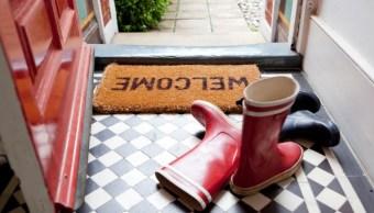 El peligro de no quitarse los zapatos al llegar a casa