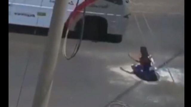 Hombre cae a coladera por ir distraído con su celular