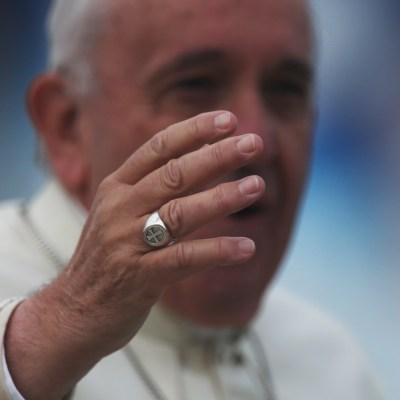 Papa Francisco explica por qué no dejó besar su anillo
