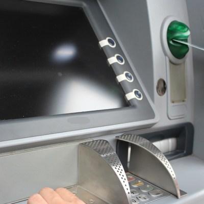 Proponen eliminar comisiones por retirar dinero de los cajeros
