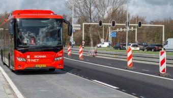 Foto: Un carril de autobús en Spijkenisse, a unos 20 kilómetros de Rotterdam, donde se han instalado 100 metros de paneles solares encima de la carretera, marzo 10 de 2019 (EFE)