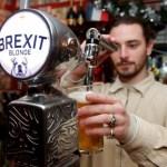 Foto: Un barman sirve una cerveza de barril Brexit en París, Francia, marzo 11 de 2019 (Reuters)