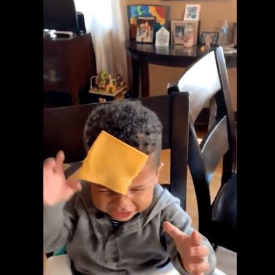 Cheese challenge: El nuevo reto viral de lanzar rebanadas de queso a bebés