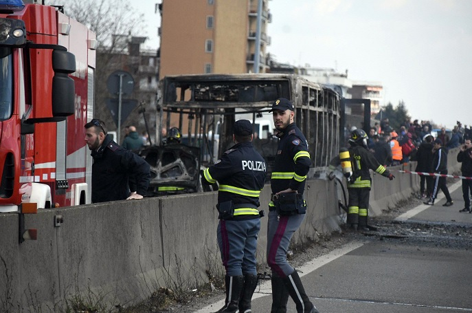 Foto: Bomberos y policías custodian un autobús incendiado en San Donato Milanese, cerca de Milán, Italia. El 21 de marzo de 2019