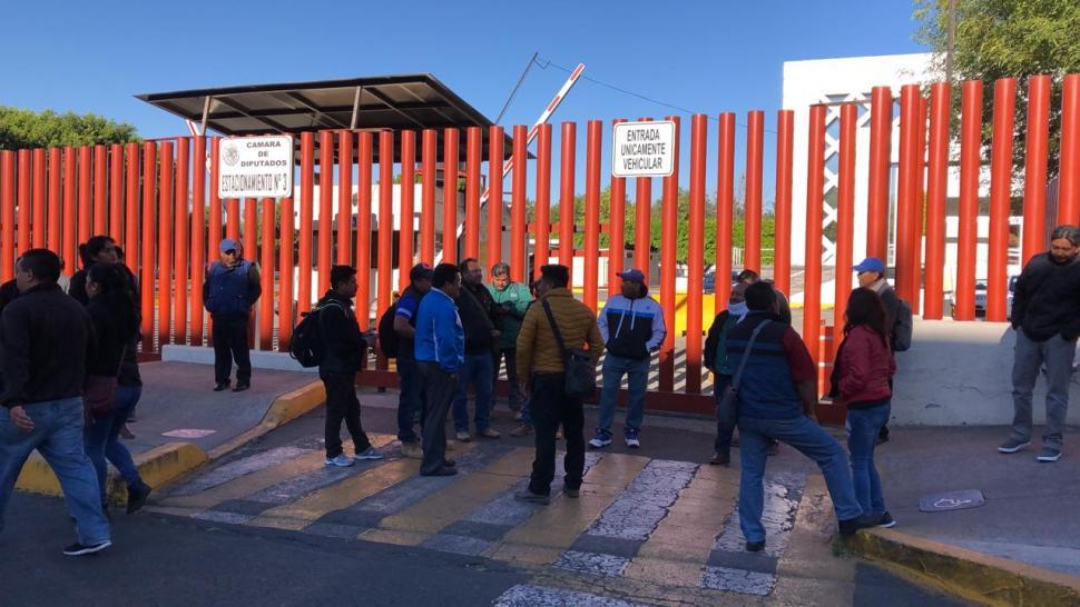CNTE instala plantón frente a cerco policíaco