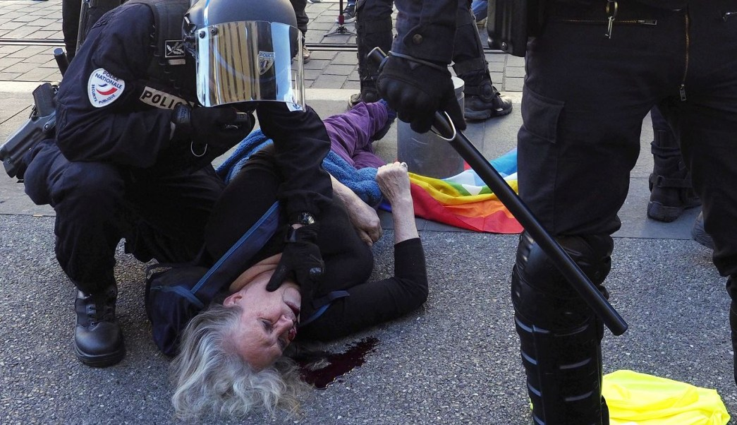 """Foto:Una mujer de 75 años resultó herida durante los enfrentamientos para desalojar a varias decenas de """"chalecos amarillos"""" de la plaza de Garibaldi, en Francia, 23 marzo 2019"""