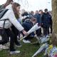 Foto: Estudiantes dejan flores en un lugar cercano al tiroteo en Utrecht, 19 de marzo de 2019, Holanda