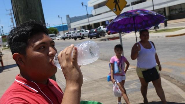 Foto: Un hombre toma agua de una botella por las altas temperaturas en la ciudad de Campeche, México, el 29 de julio de 2018