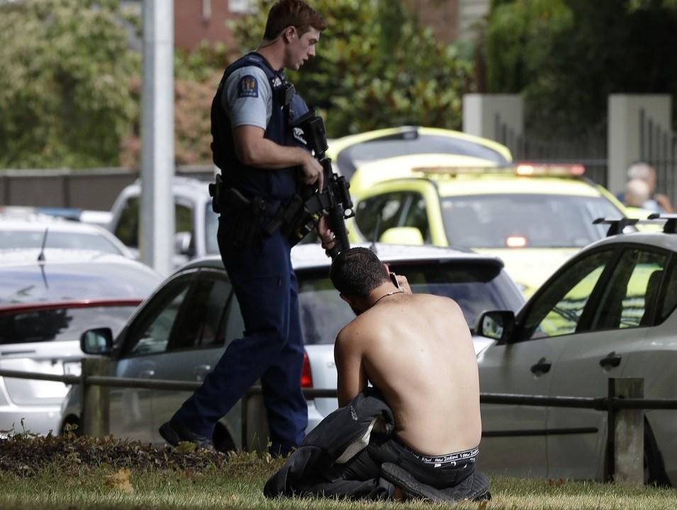 Foto: Un hombre descansa en el suelo mientras habla por su teléfono móvil frente a la mezquita en el centro de Christchurch, Nueva Zelanda. El 15 de marzo de 2019