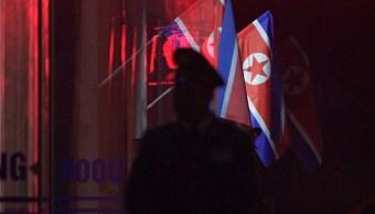 Foto: Dos banderas de Corea del Norte ondean en la estación de tren Dong Dang en Vietnam, el 25 de febrero de 2019