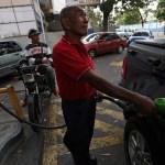 Foto: Un hombre llena un tanque en una gasolinera durante apagón en Caracas, Venezuela. El 27 de marzo de 2019