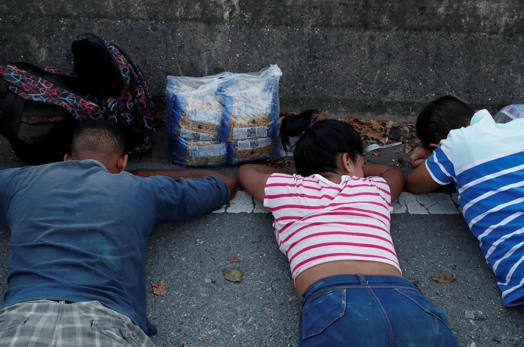Foto: Policías venezolanos detuvieron a un grupo de jóvenes por saquear un supermercado en Caracas, Venezuela, el 10 de marzo 2019