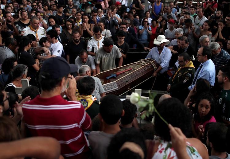 Foto: Amigos y familiares cargan el ataúd de Caio Oliveira, una de las víctimas del tiroteo en la Escuela Raúl Brasil, el 14 de marzo del 2019