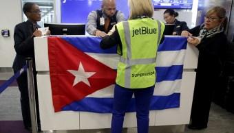 Foto: Colocan una bandera cubana sobre el vuelo inaugural de Jet Blue desde el Aeropuerto Internacional Logan de Boston a La Habana, Cuba. El 10 de noviembre de 2018