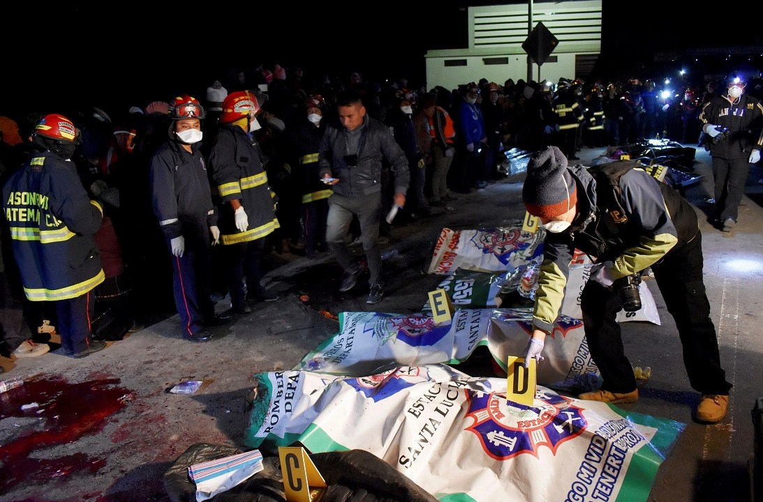 Foto: Bomberos atienden a las víctimas de un accidente carretero en el municipio de Nahualá, Guatemala. El 28 de marzo de 2019