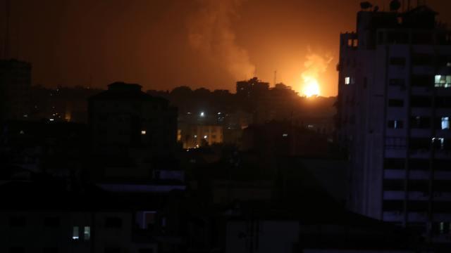Foto: Se ve humo y llamas durante un ataque aéreo israelí en la Franja de Gaza. El 15 de marzo del 2019
