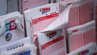 Foto: Boletos de la lotería Mega Millions en una tienda de conveniencia en Nueva York, EEUU, el 13 de octubre de 2018