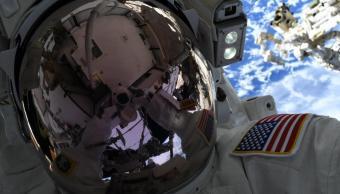 Foto: Un astronauta se toma una selfie durante caminata espacial